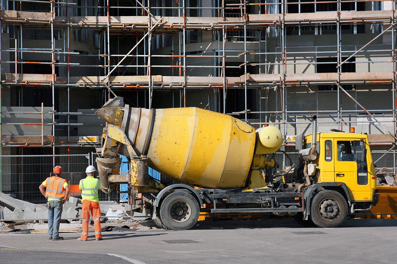 beton storen en ijzer vlechten met Roemeense arbeiders