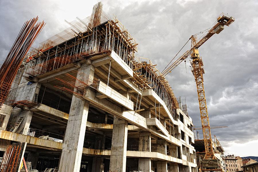 betonstructuren en betonstoren met Roemeense arbeiders